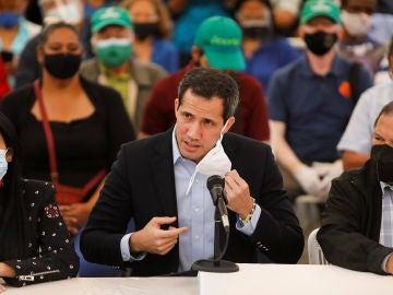 Juan Guaidó se retira la mascarilla durante una intervención