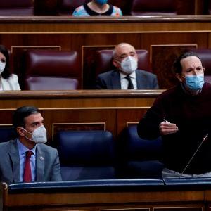 Pablo Iglesias interviene en el Congreso ante la mirada de Pedro Sánchez
