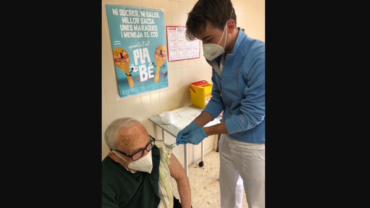 Julián, enfermero, vacuna a su abuelo contra el COVID-19