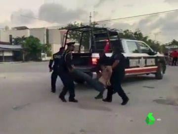 Un frame del vídeo en el que se ve cómo arrastran a la mujer fallecida.