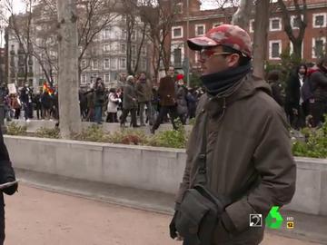 """El día que Pablo Ibarburu se 'coló' en una protesta anti-mascarillas y acabó rebatiendo a un negacionista: """"¿Por qué no estás más 'chill'?"""""""