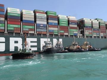 El buque 'Ever Given' encallado en el canal de Suez desde el martes pasado