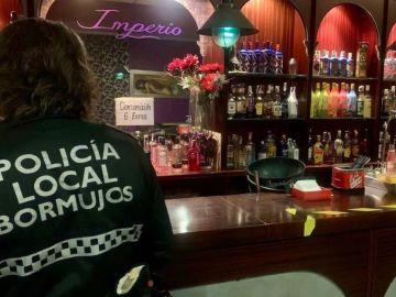 La policía local de Bormujos (Sevilla) interviene el local.