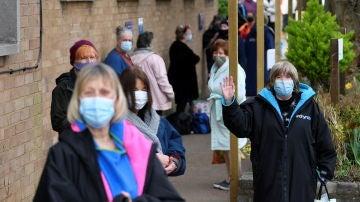 Personas con mascarilla en Londres