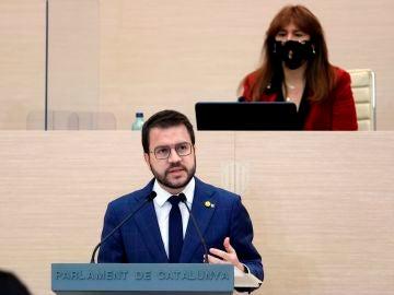 El candidato de ERC, Pere Aragonès, en el segundo debate de investidura en el Parlament ante la atenta mirada de Laura Borràs.
