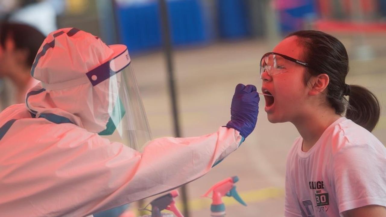 Realización de una prueba PCR en Wuhan, China
