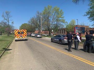 Una fotografía facilitada por el Departamento de Policía de Knoxville en la zona cercana al instituto