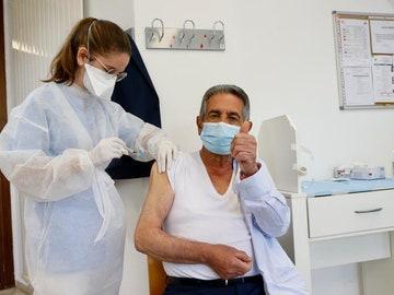 Miguel Ángel Revilla recibe la primera dosis de la vacuna