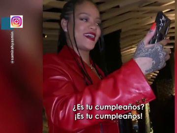 Una fan de Rihanna ya puede tachar de su lista haber cumplido su mayor deseo: que la artista fuera a uno de sus cumpleaños. En este vídeo de Zapeando se puede ver a la propia Rihanna cantándole el cumpleaños feliz.  La cantante se encontraba en el restaurante cuando una amiga de la cumpleañera se acercó a la artista para pedirle una foto de recuerdo. Rihanna, sin embargo, tuvo una idea mucho mejor y decidió darle una sorpresa.