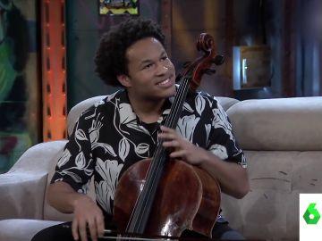 El surrealista momento en el que un conocido violonchelista interpreta el himno del PP en La Resistencia