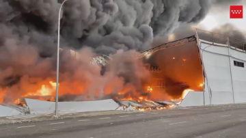 El incendio de una nave industrial en Seseña provoca una gran nube de humo