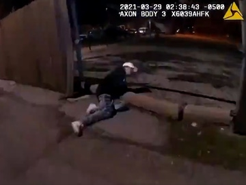 Captura del momento en el que el menor se desploma tras recibir un disparo de la Policía.