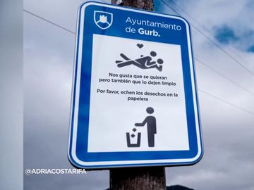 """""""Nos gusta que se quieran, pero también que lo dejen limpio"""": así son los nuevos carteles de una localidad catalana"""