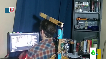 """El curioso robot que te enseñará a sentarte bien en la silla a base de palazos: """"Te voy a dar leches hasta que te sientes bien"""""""