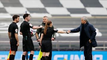 Sian Massey-Ellis, linier del Tottenham-United, saludando a José Mourinho