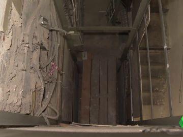 Miles de euros por un ascensor que nunca se puso: denuncian a una empresa por dejar la obra a medias y desaparecer