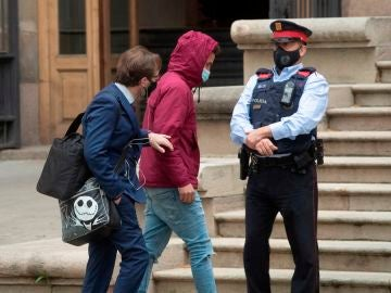 Uno de los acusados a su llegada al juicio