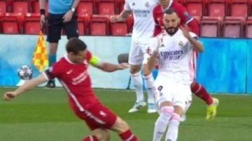 Momento en el que Milner se lanza a por el tobillo de Benzema