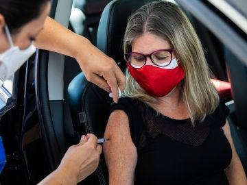 Una mujer recibe la vacuna contra el COVID-19