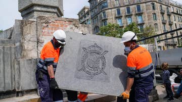 Barcelona retira el escudo del rey Juan Carlos del obelisco de la plaza del Cinc d'Oros