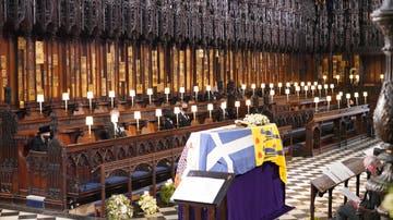 La reina Isabel II presencia el féretro de su marido, el duque de Edimburgo