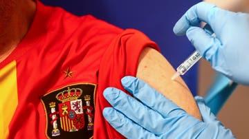 Una persona recibe la vacuna contra el COVID