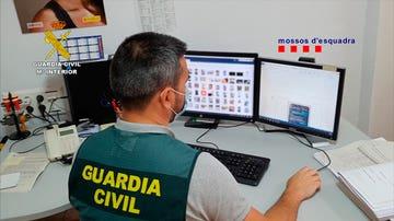 Un agente de la Guardia Civil comprueba el contenido de un ordenador intervenido