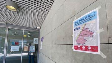 Cartel en el centro de salud de Las Margaritas, zona afectada por el cierre perimetral
