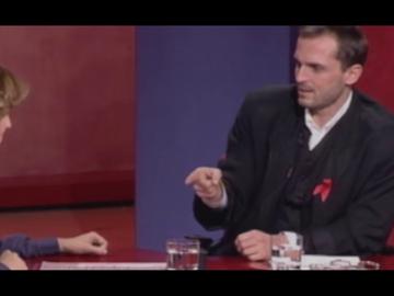 El momentazo en el que Miguel Bosé y Almodóvar aparecieron en televisión para negar la muerte del cantante
