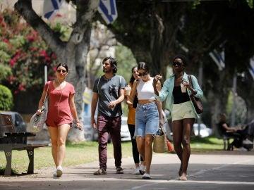Peatones pasean por las calles de Tel Aviv sin mascarilla