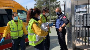 Una sanitaria del SAMUR sostiene a la bebé hallada en Fuencarral