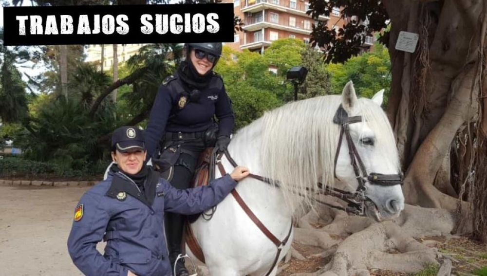 Estefanía montando al caballo Descaro junto a una compañera de la UPR
