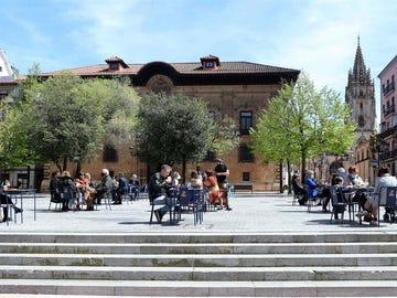 Personas en una terraza en Oviedo, Asturias