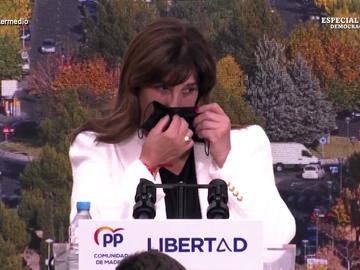 """El momento en el que la alcaldesa de Pozuelo usa su mascarilla para """"sacarse petróleo"""""""