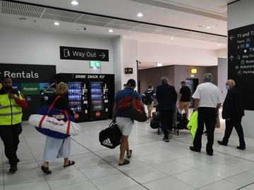 27/04/2021 06:18 (UTC) Crédito: EFE Fuente: EFE/EPA/AAP Autor: ERIK ANDERSON Temática: Sanidad y salud » Epidemias y plagas Pasajeros en el aeropuerto de Melbourne, Australia, uno de los países que ha cancelado los viajes con la India