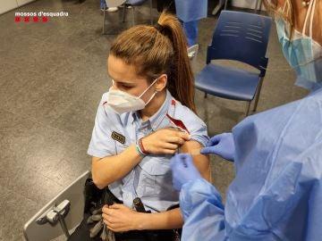 Una agente recibe la vacuna contra el coronavirus en la primera jornada de vacunación a cuerpos de emergencias