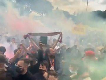 Irresponsable despedida de los aficionados a la Roma antes de viajar a Manchester