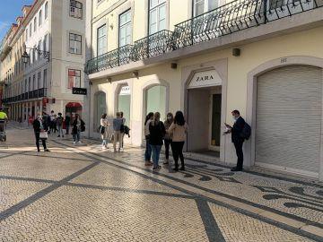 Fila de personas para entrar a la tienda de Zara de Lisboa