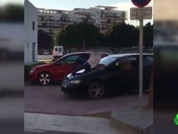 Conduce con su amigo en el capó del coche