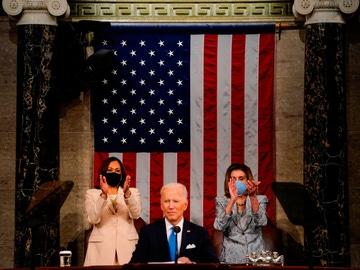 Joe Biden junto a Kamala Harris y Nancy Pelosi