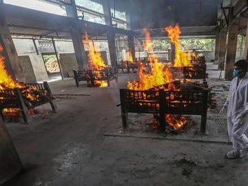 Piras ardiendo en La India durante la pandemia del coronavirus