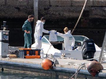 La Policía Científica analiza una embarcación