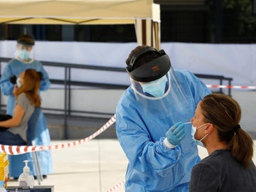 Sanitarios realizan pruebas de coronavirus