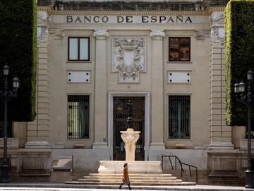 Una mujer pasea frente a la fachada de la sede del Banco de España en Sevilla