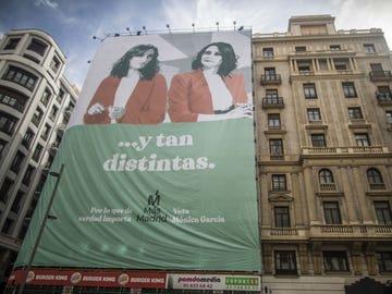 Lona de Más Madrid pidiendo el voto para su candidata