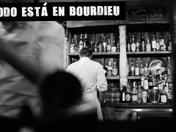 Dos camareros en un bar (Archivo)
