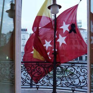 Banderas de la Comunidad de Madrid y de España en los balcones de la sede del Gobierno
