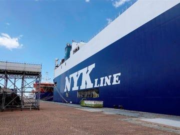 El barco en cuarentena en el puerto de Vigo