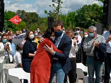 Isabel Díaz Ayuso y Pablo Casado se abrazan en Majadahonda