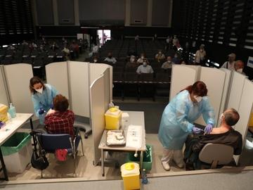Dos personas reciben la vacuna en el hospital de Getafe